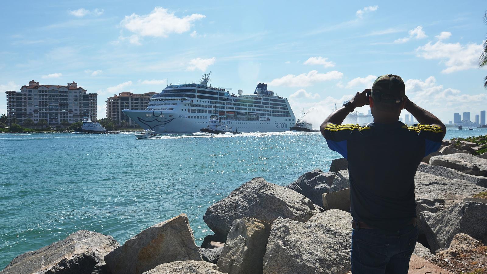Un home fotografia l'Adonia mentre surt de Miami cap a l'Havana