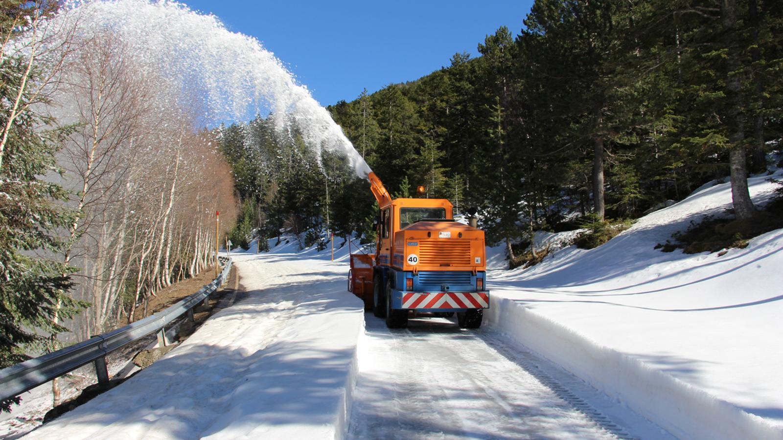 Una màquina llevaneus neteja la carretera del coll d'Ordino.