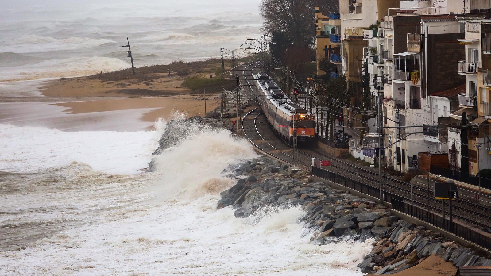 Un tren passant per Sant Pol de Mar durant el temporal