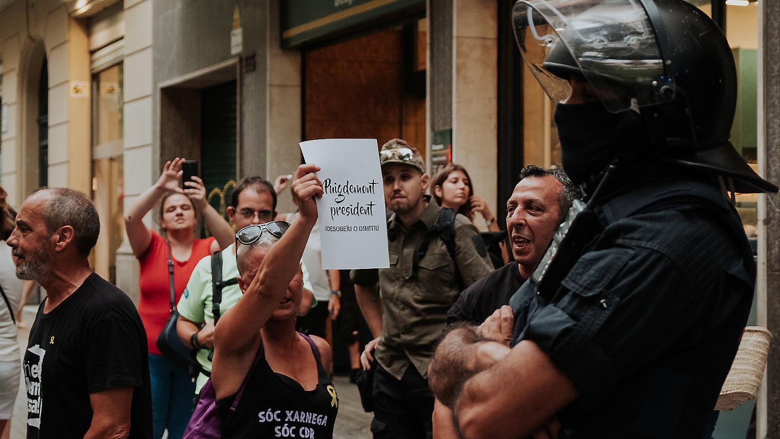 Imatge d'una de les manifestacions dels CDR davant les seus dels partits independentistes. / JOAN MATEU PARRA