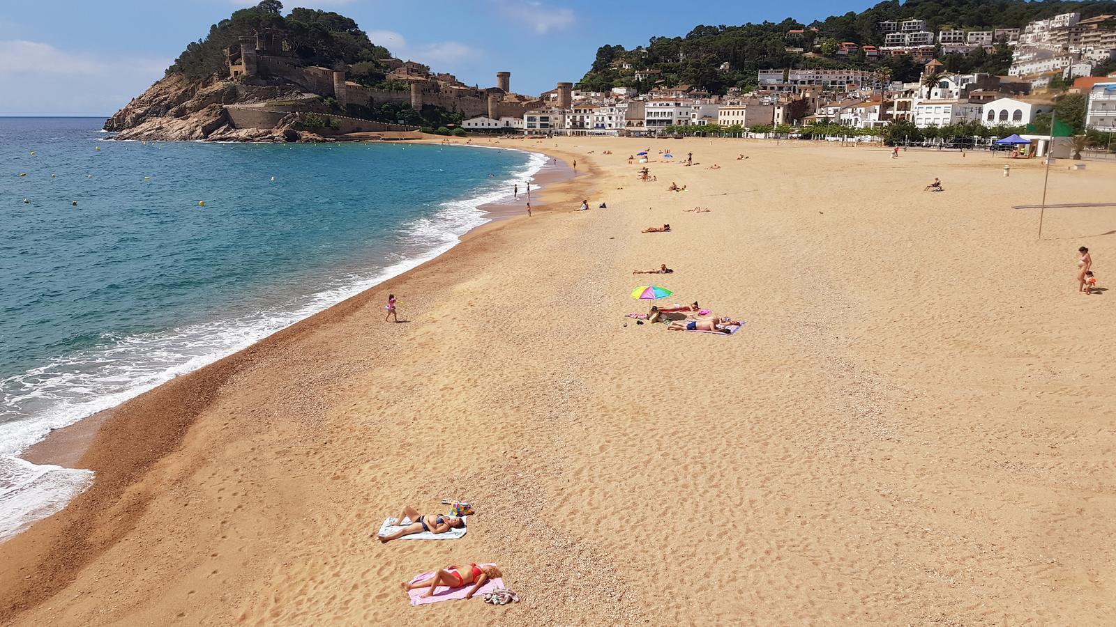 Una quarantena de persones han aprofitat la fase 2 per anar a prendre el sol a la platja Gran de Tossa de Mar aquest dissabte al matí