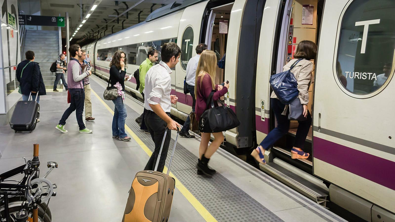 La línia Girona-Barcelona té   Tant d'èxit que no dona l'abast