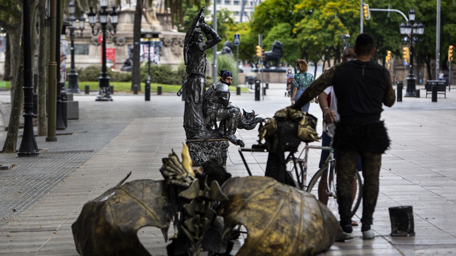 Les estàtues de la Rambla preparant-se per ocupar els seus llocs