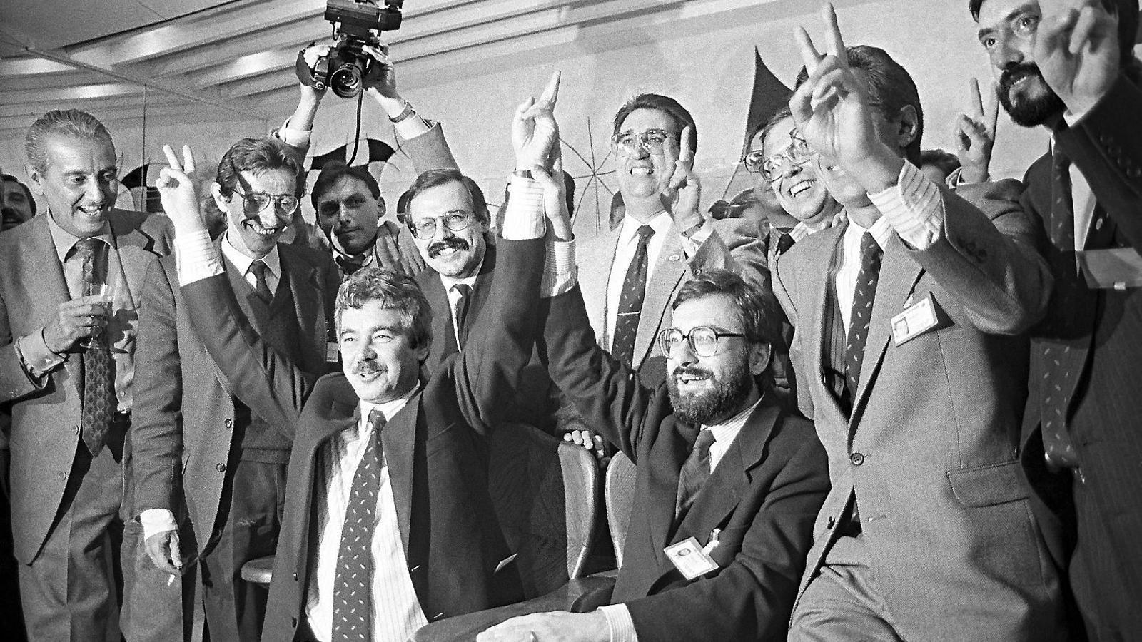 Pasqual Maragall, envoltat per Narcís Serra, Xavier Rubert de Ventós i Antoni Dalmau, en plena eufòria encara a Lausana, minuts després de la nominació.