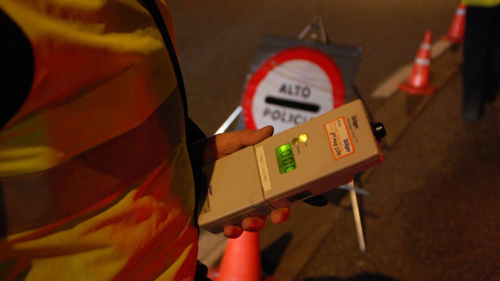 La policia realitza un control d'alcoholèmia. / ARXIU ANA