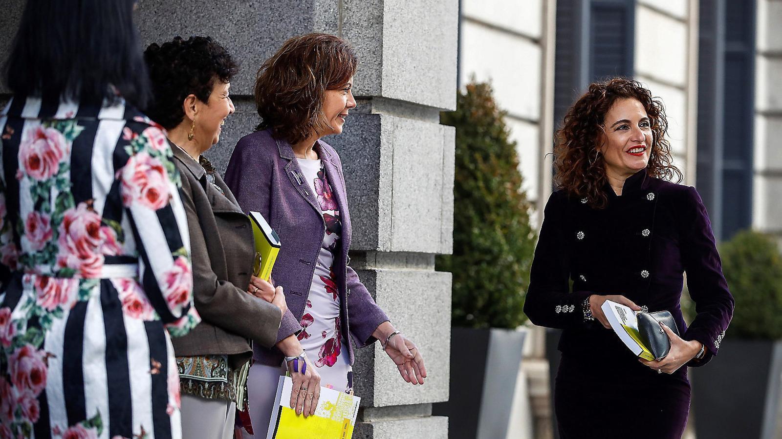 La ministra d'Hisenda, María Jesús Montero, arribant al Congrés de Diputats per entregar a la presidenta de la cambra, Ana Pastor, el projecte de pressupostos de l'Estat.