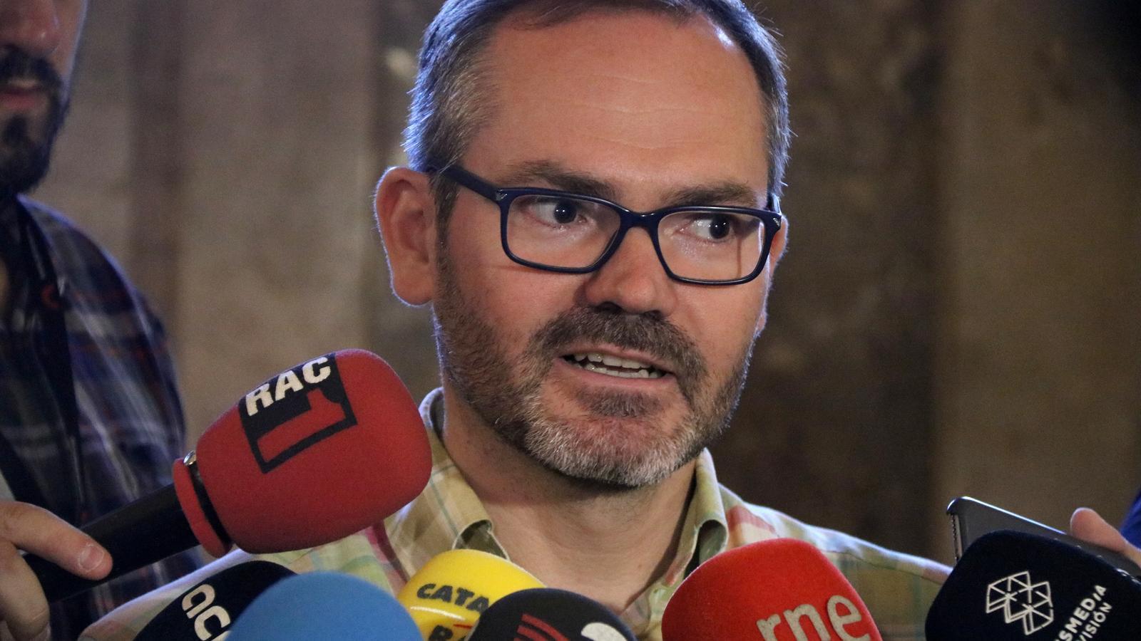 El vicepresident de la Mesa del Parlament i diputat de JxCat, Josep Costa, atenent els mitjans aquest dimecres