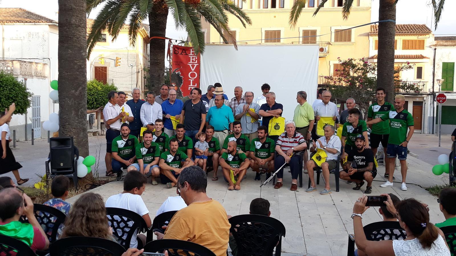 Jugadors i directius històrics amb l'actual plantilla del club, durant l'homenatge.