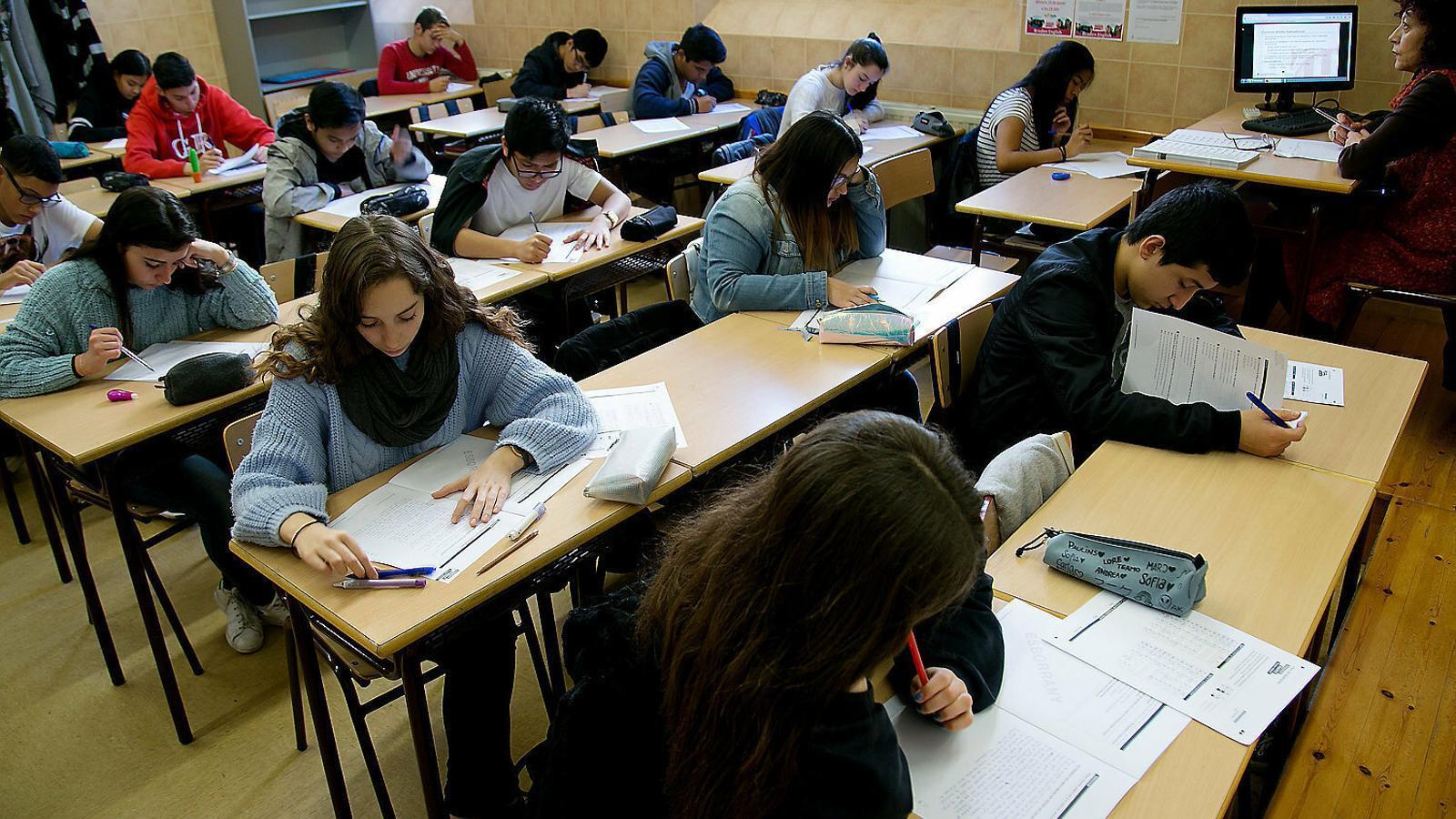 Alumnat de Secundària fent un examen. / ARA BALEARS