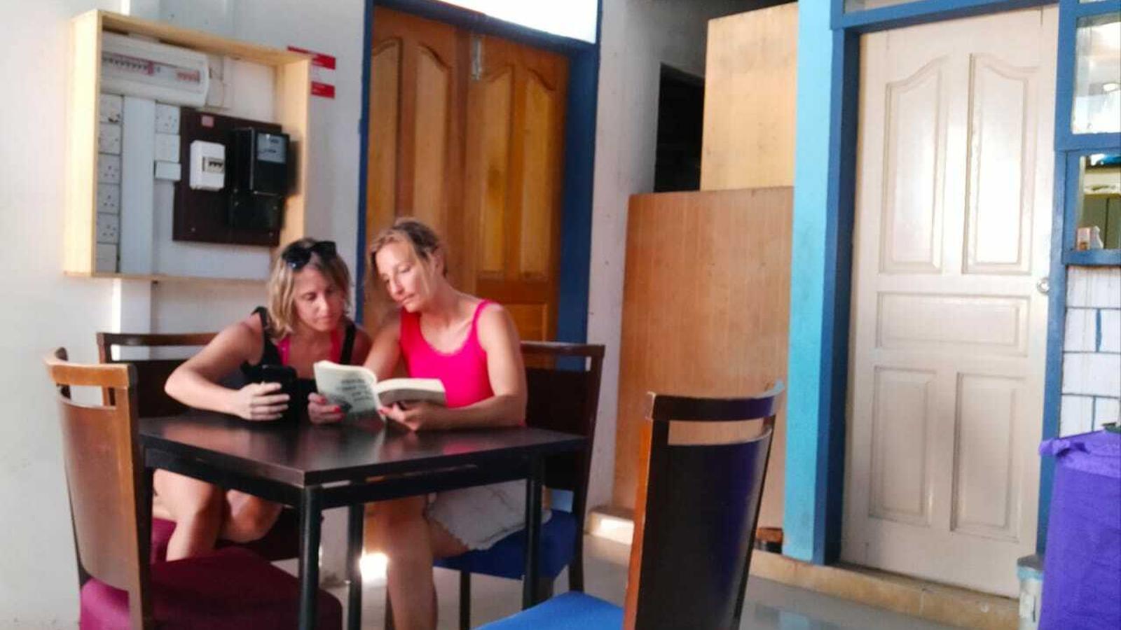 L'Alícia i la Mireia, a l'hotel on estan allotjades, esperen l'avió de tornada consultant el mòbil i llegint. / ARA ANDORRA