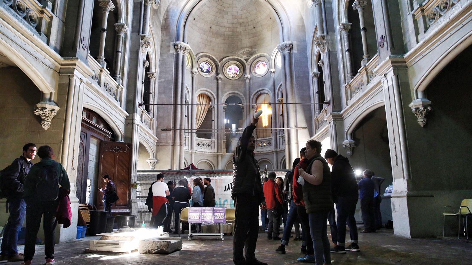 Veïns del Raval ocupen la Capella de la Misericòrdia per reclamar el CAP