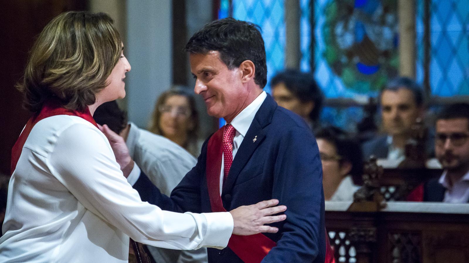 Ada Colau amb Manuel Valls durant la constitució de l'ajuntament de Barcelona