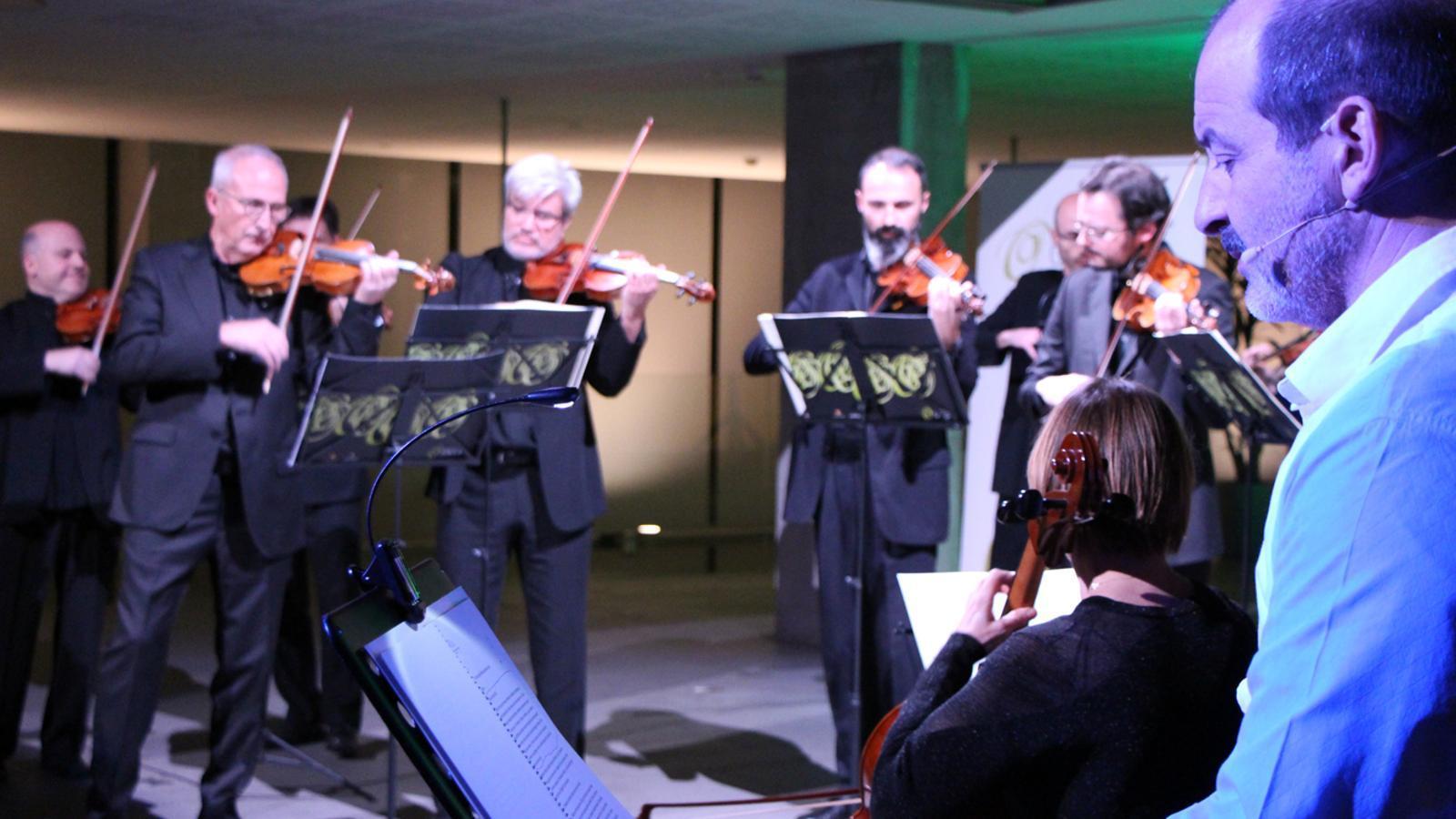 L'ONCA i l'actor Josep Julien interpreten 'Mendelssohn, viatger sense fronteres' al vestíbul del Consell General. / T. N. (ANA)