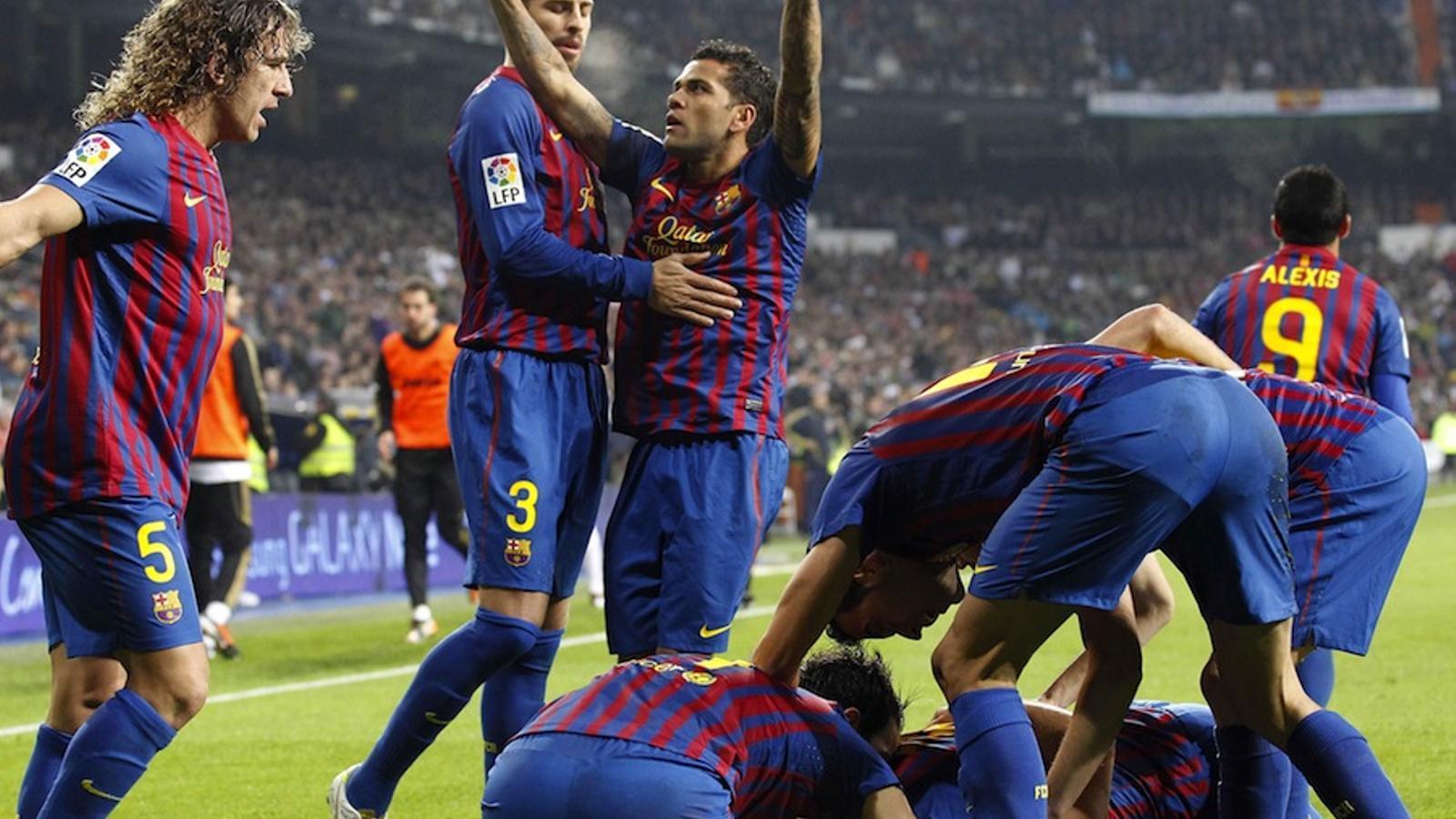 Els jugadors del Barça celebren el gol de Xavi al Bernabéu.