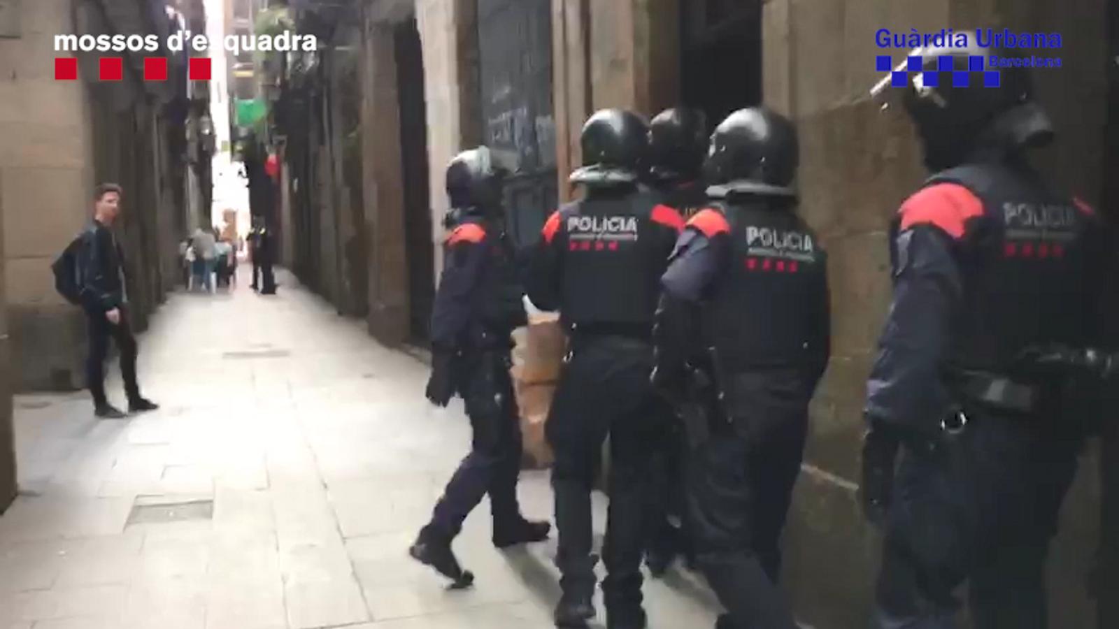 Desarticulat un grup que captava turistes als carrers de Barcelona per vendre'ls drogues en un pis