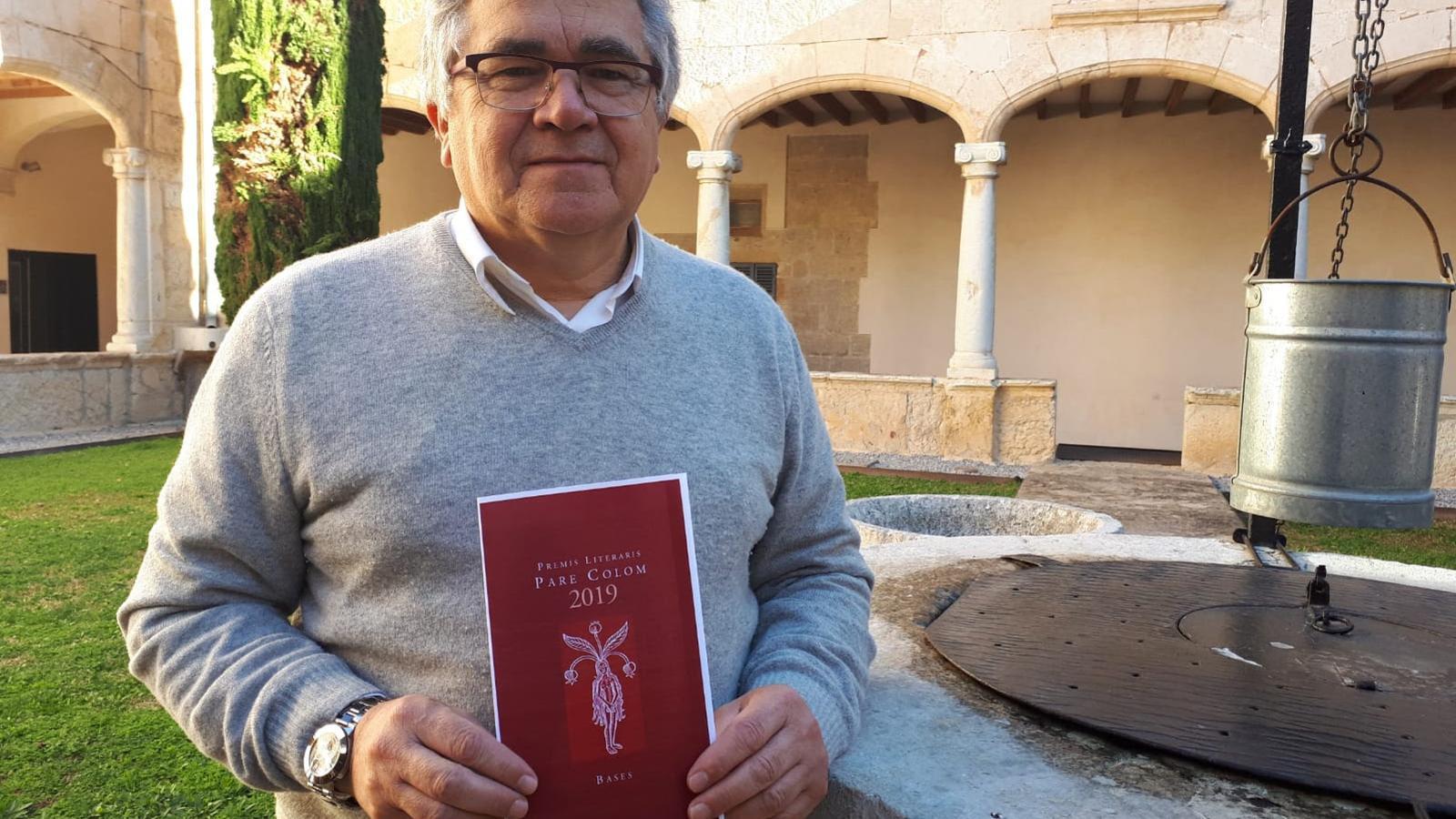 El regidor de Cultura, Toni Rodríguez, amb les bases dels premis d'enguany.