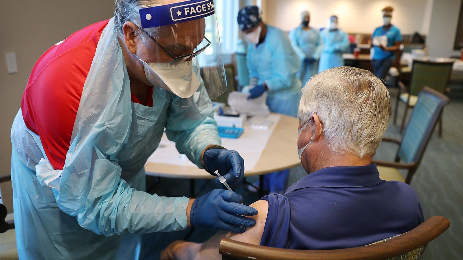 Un home rebent la vacuna de Pfizer/BioNTech en una residència de Florida.