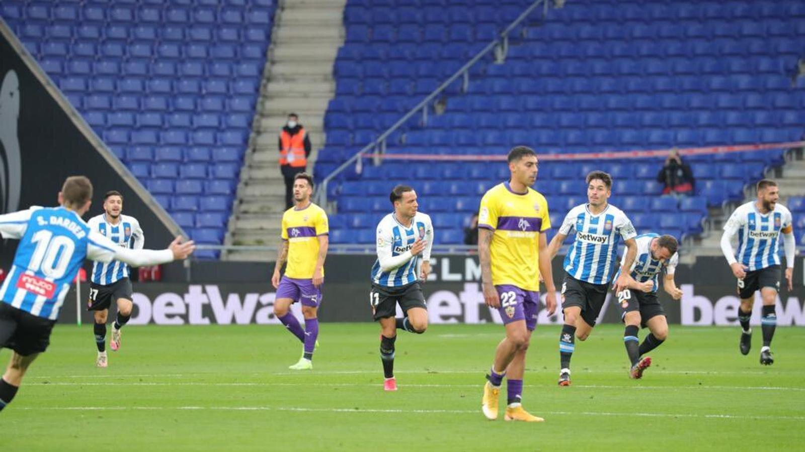De Tomás ha marcat amb un xut des del mig del camp contra l'Almeria