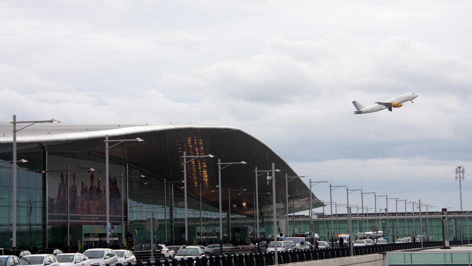 Un avió s'enlaira des de l'Aeroport de Barcelona.