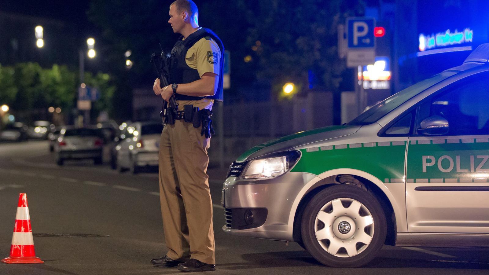 Un policia armat aquest diumenge a la ciutat alemanya d'Ansbach, on hi ha hagut una explosió