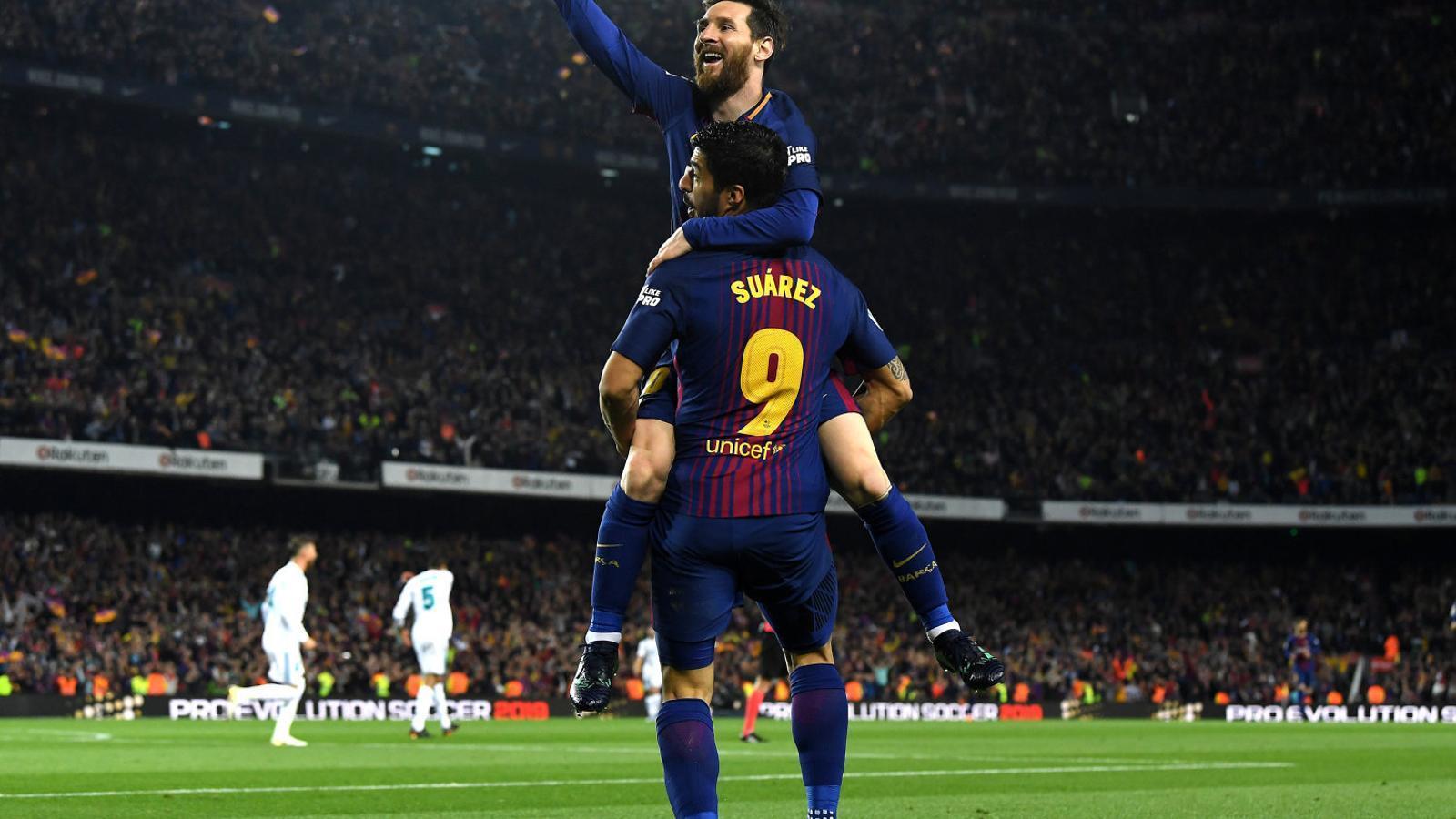 Luis Suárez i Leo Messi celebrant el segon gol del Barça durant el clàssic.