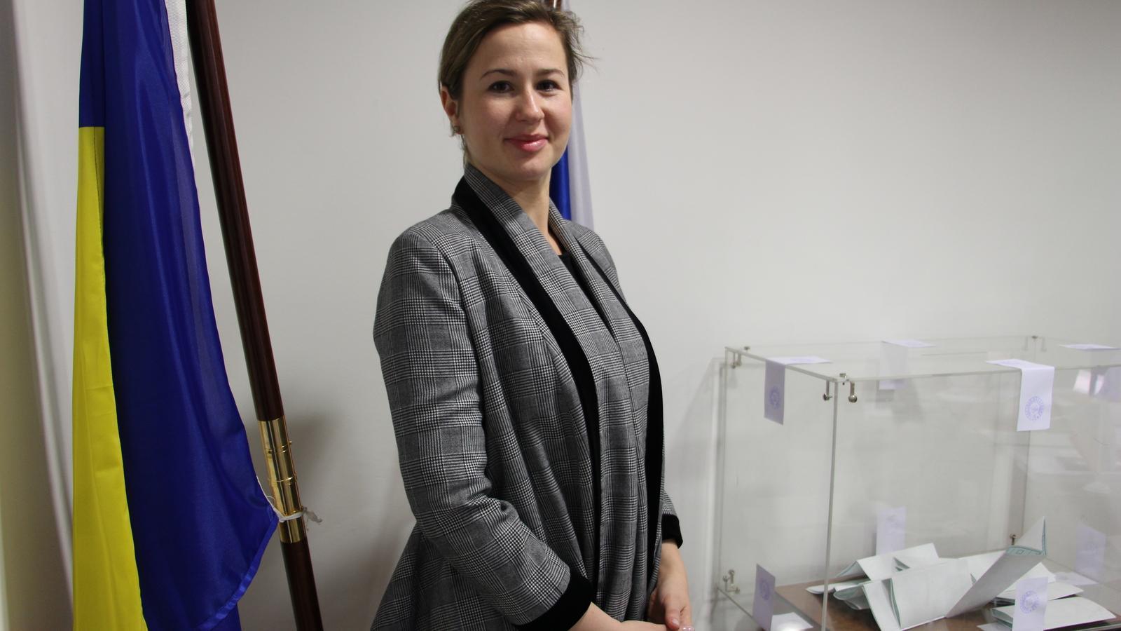 La segona secretària de l'ambaixada de Rússia a Espanya, Nadia Dementieva, al costat de l'urna. / M. F.
