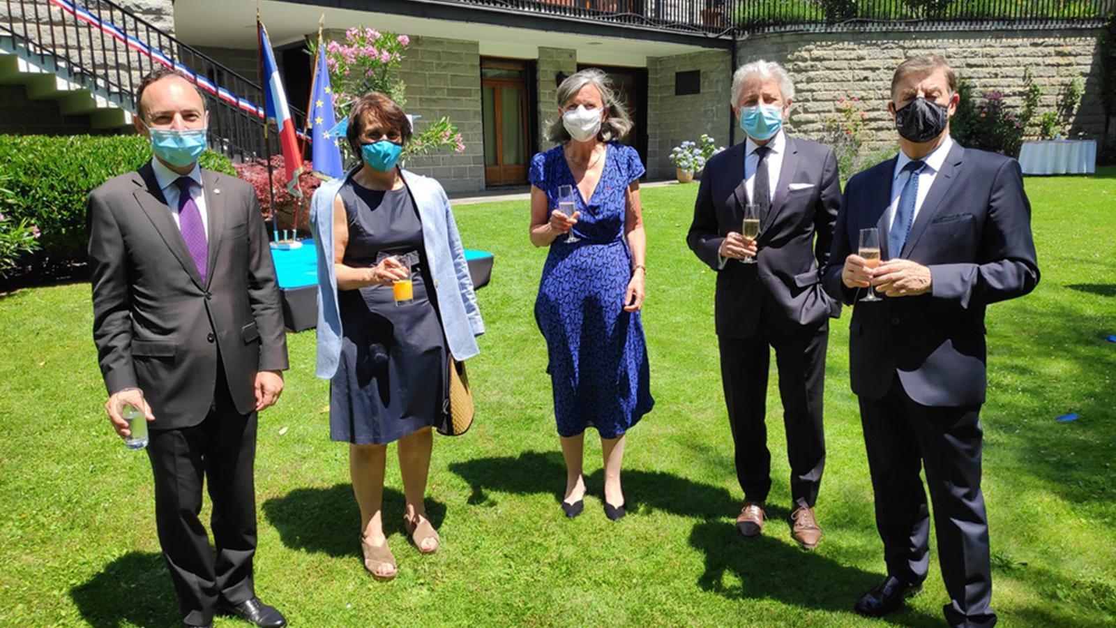 L'ambaixadora francesa, Jocelyne Caballero, amb les autoritats del país