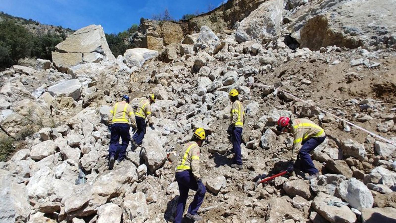 Els efectius d'emergències s'han centrat en una zona de quaranta metres quadrats per localitzar el cotxe sepultat sota l'esllavissada