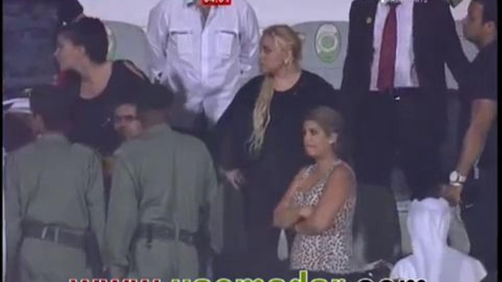 Maradona puja a la graderia durant un partit per defensar la seva dona d'uns aficionats