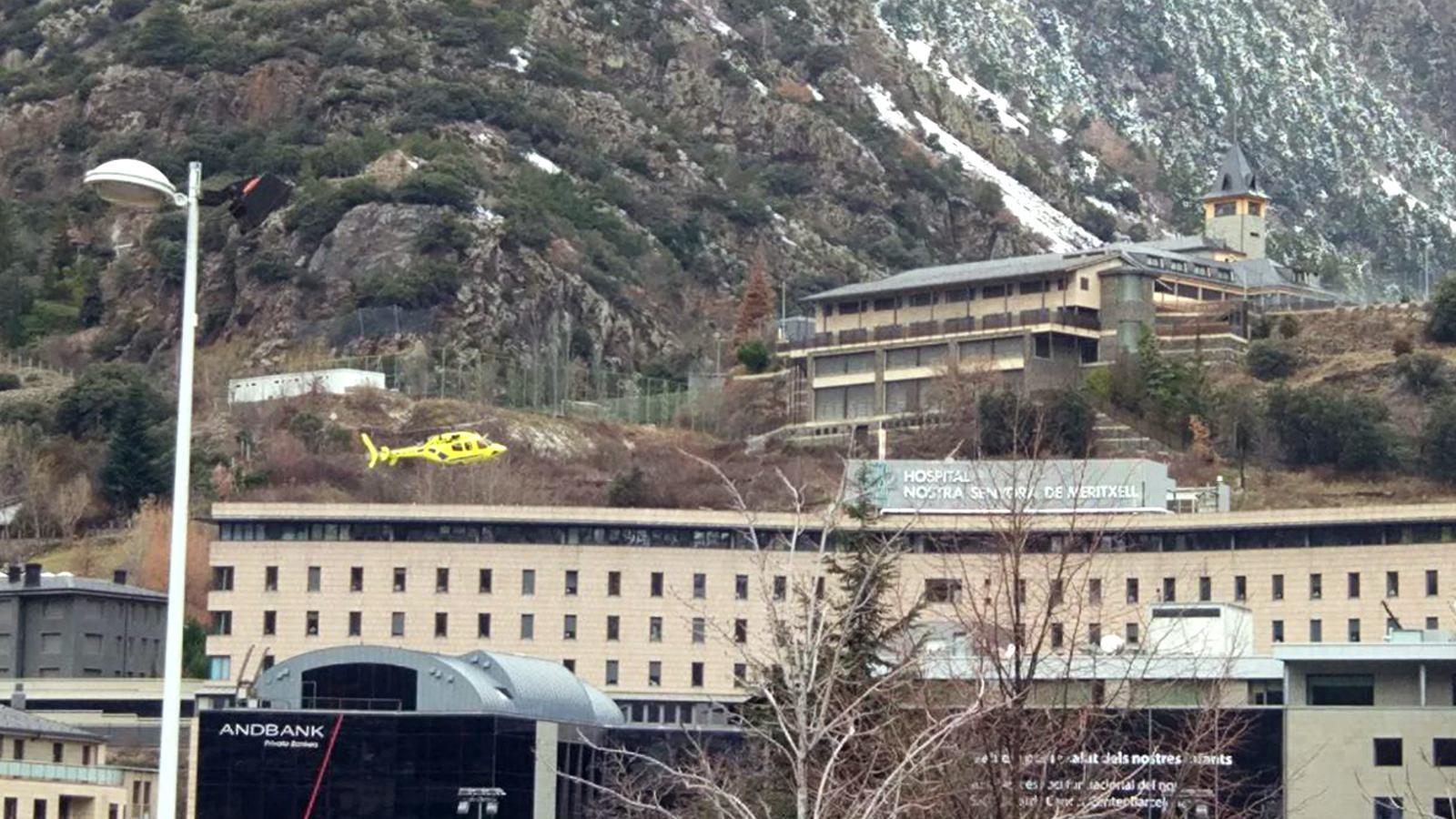 L'helicòpter dels Bombers arribant a l'Hospital Nostra Senyora de Meritxell. / ARXIU ANA