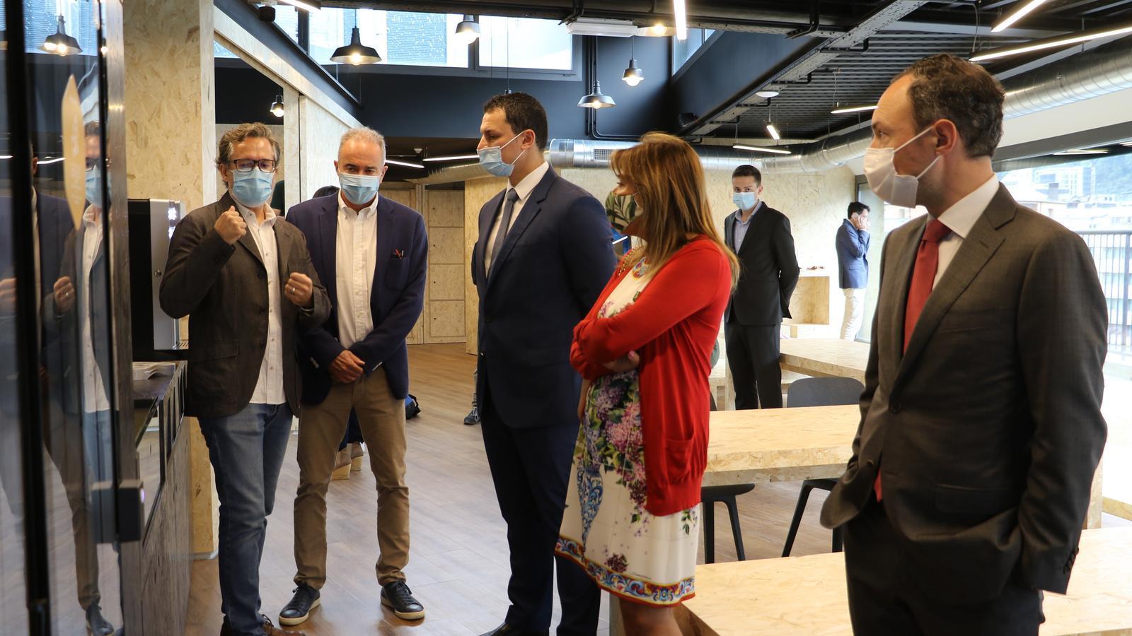 El 'project manager' de 'Hive Five', Martí Batalla, juntament amb el fundador de Bomosa, Turi Mora, expliquen el funcionament del 'coworking' al cap del Govern, Xavier Espot; el ministre de Presidència, Economia i Empresa, Jordi Gallardo, i la cònsol major d'Andorra la Vella, Conxita Marsol. / E.C. (ANA)