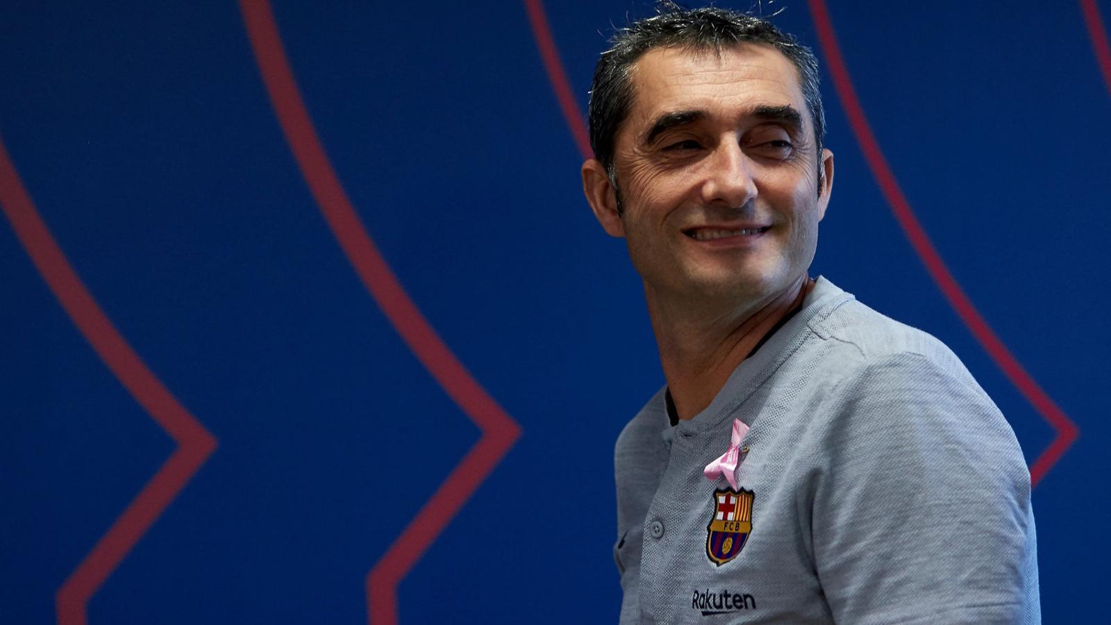 Ernesto Valverde lluint ahir el llaç rosa que simbolitza la lluita contra el càncer de mama.