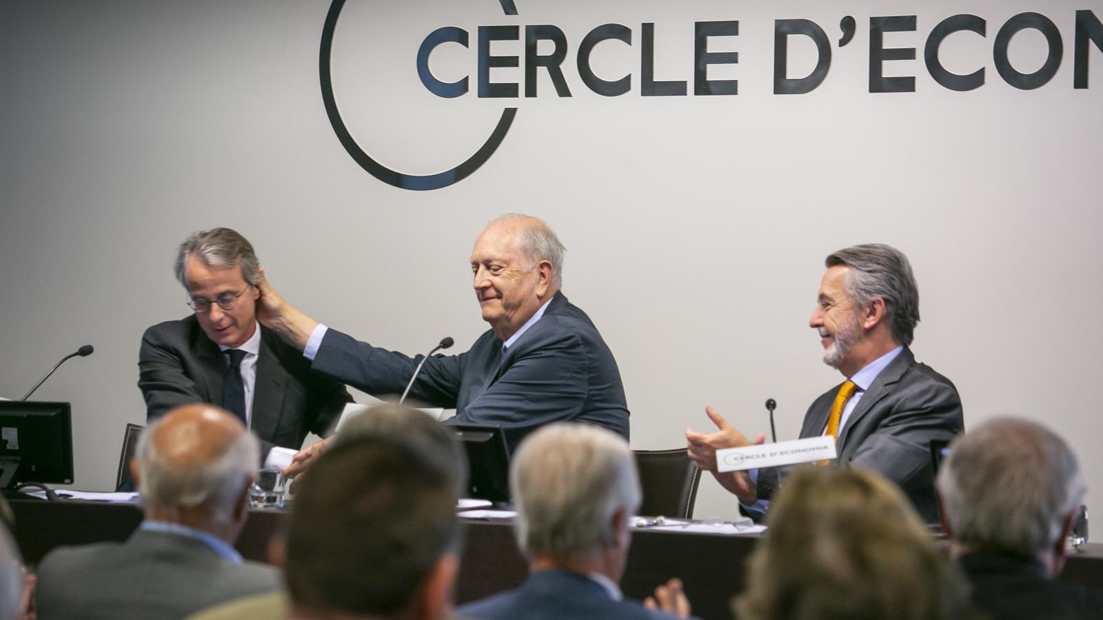 El nou president del Cercle, Javier Faus, a l'esquerra, rebent la salutació del president sortint, Juan José Brugera.