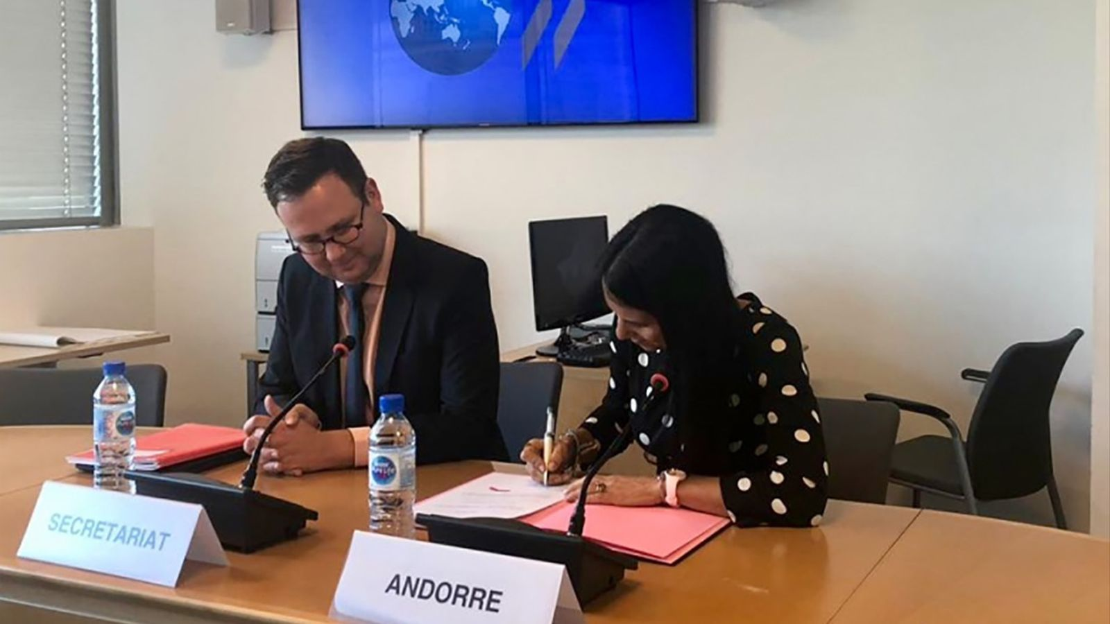 La secretària d'estat d'Afers Financers Internacionals, Claudia Cornella, ha signat aquest divendres l'acord multilateral de l'OCDE. / GOVERN D'ANDORRA