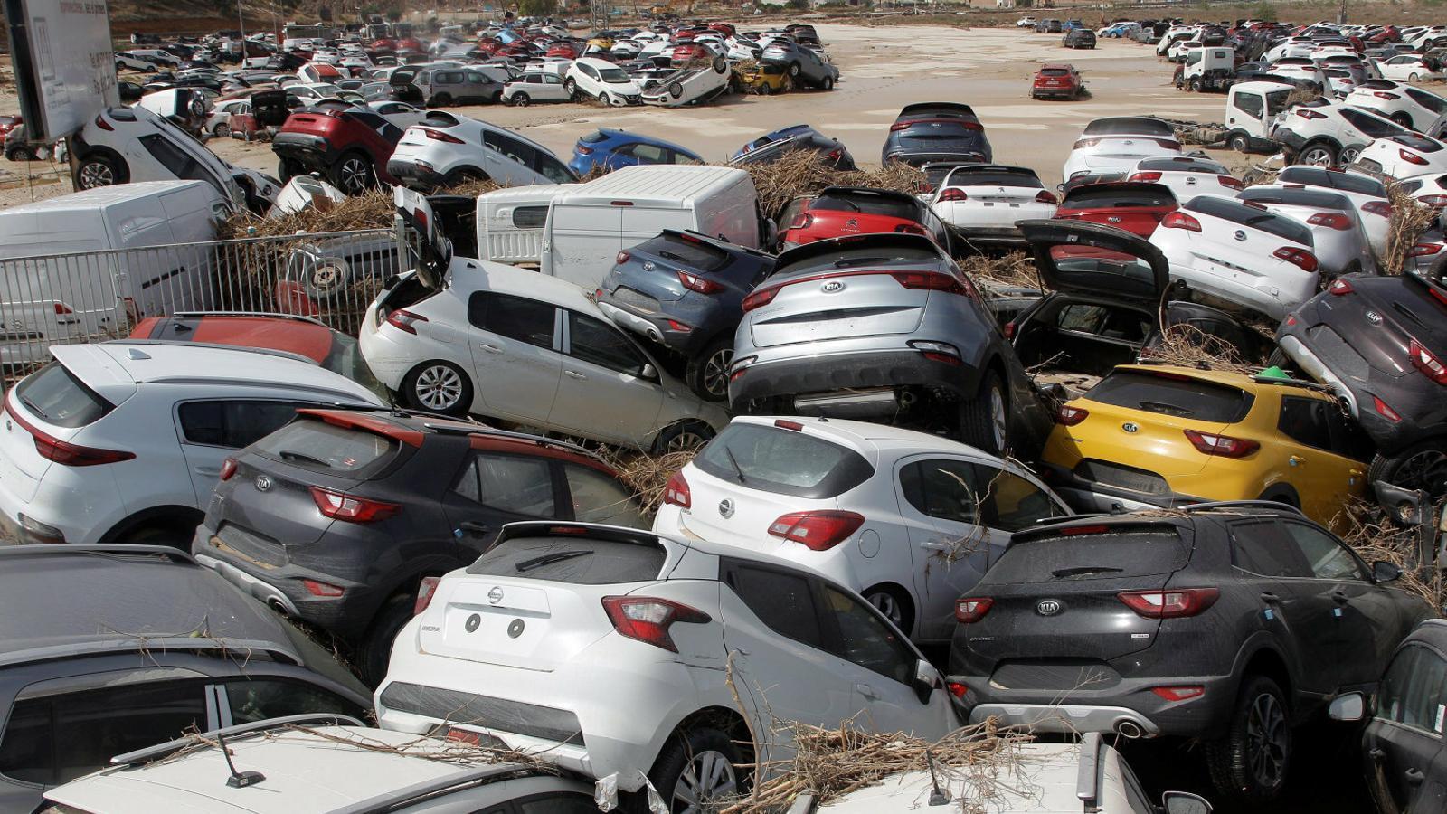 Centenars de cotxes van ser enduts per la crescuda d'aigua que va provocar el desbordament del riu Segura després del pas de la gota freda per Oriola.