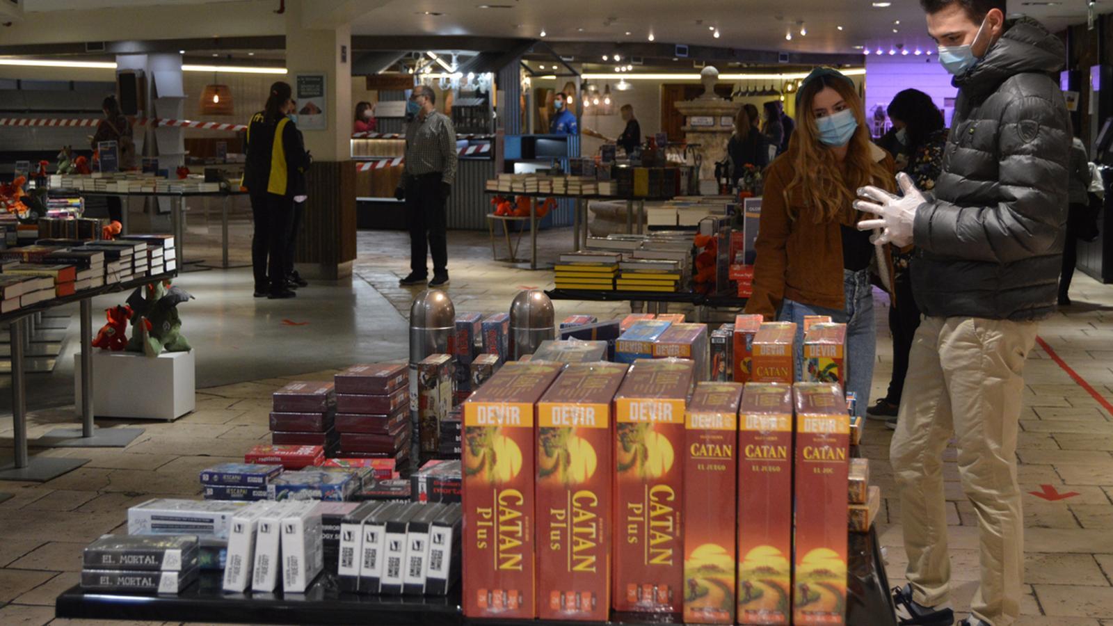 Diversos clients i empleats, el passat Sant Jordi als grans magatzems. / ANA