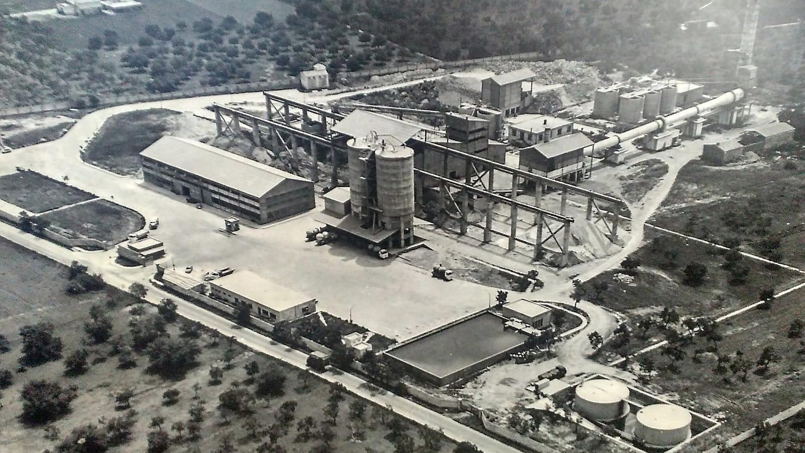 Vista aèria de la fàbrica de ciment de Lloseta de l'any 1968, dos anys després de la seva inauguració. Paco Candel (57 anys) és el treballador més veterà de Cemex. Ha treballat 17 anys al laboratori de la fàbrica.  Vicenç Villalonga és el portaveu del comitè de treballadors de la fàbrica de ciment Cemex.