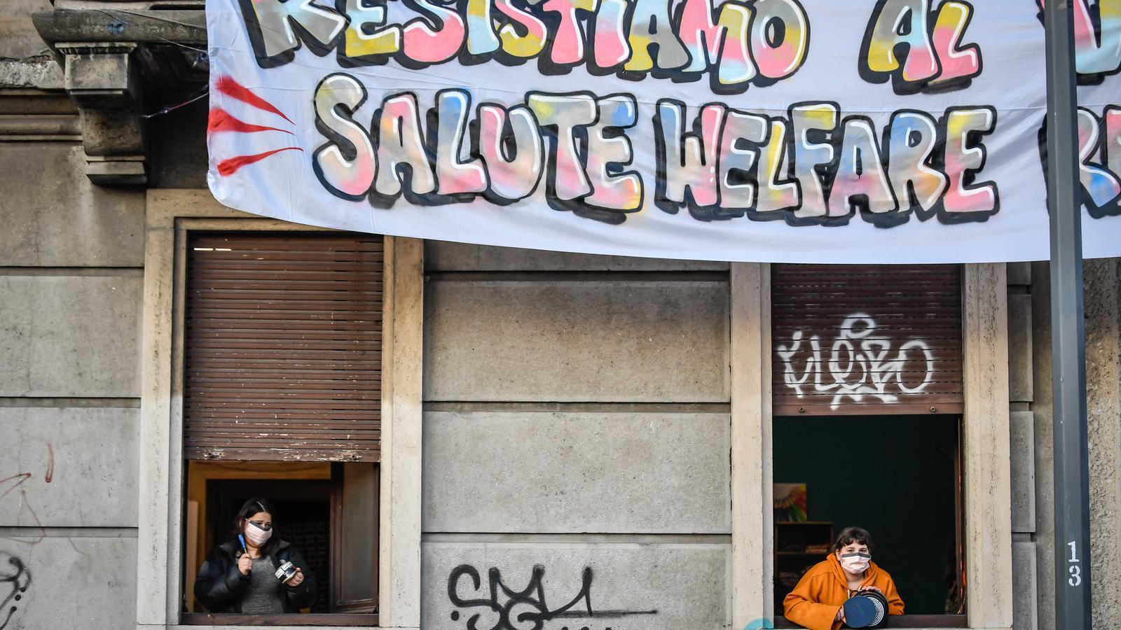 Els italians han sortit als balcons i finestres per tocar música amb paelles i cassoles / EFE