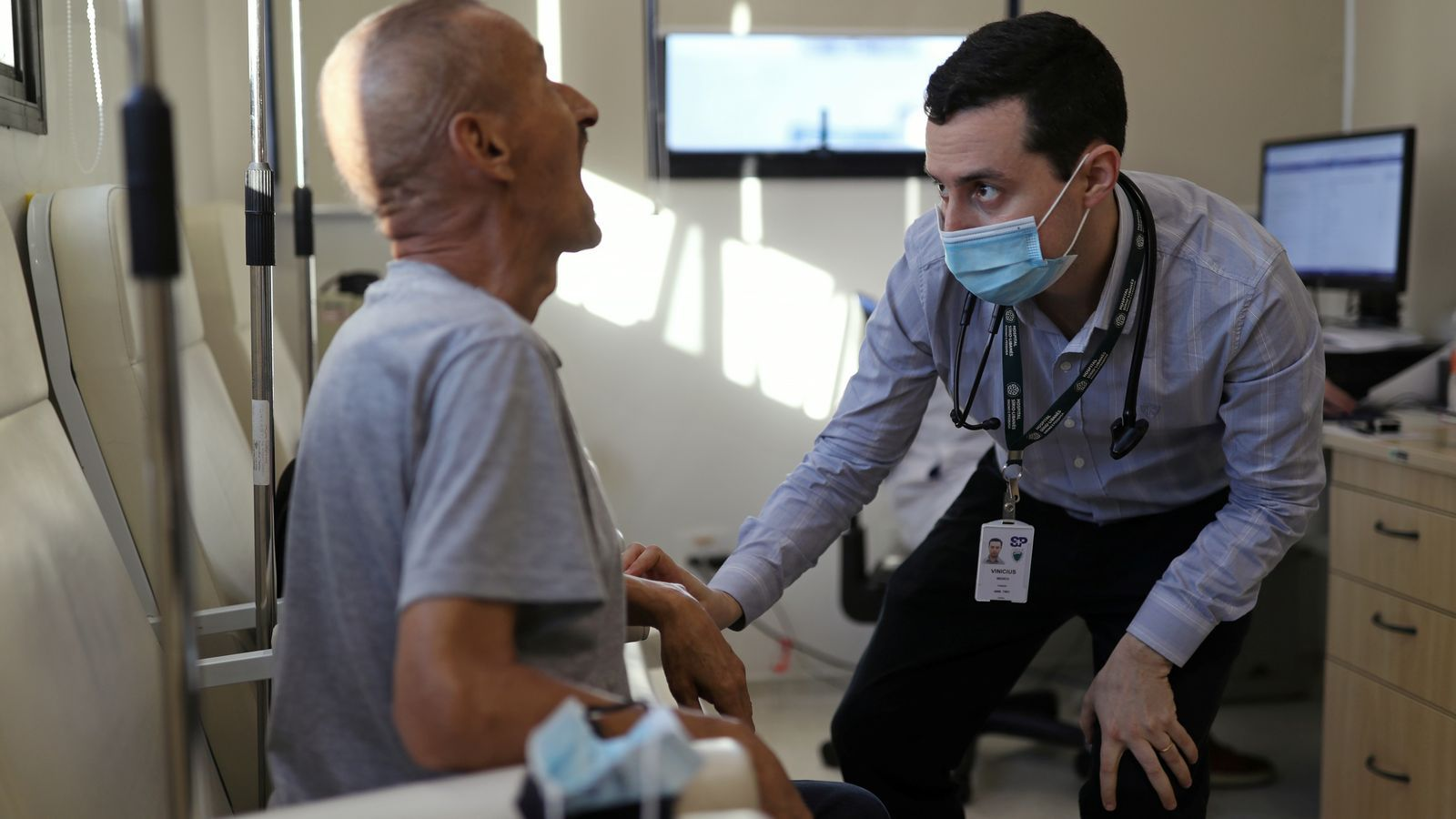 Vinicius Molla, a la dreta, metge hematòleg i voluntari de l'assaig de la vacuna d'Oxford al Brasil, examina un pacient a Sao Paulo, el passat 9 de juliol