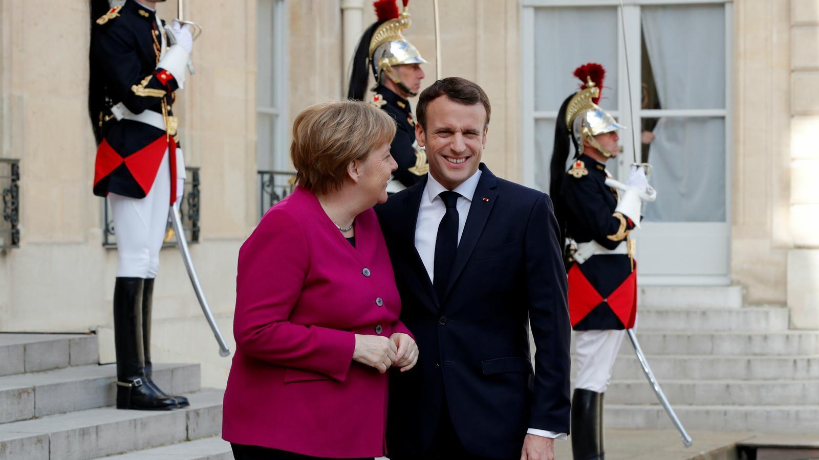 Macron i Merkel somriuen en una trobada al Palau de l'Elisi de París / PHILIPPE WOJAZER / REUTERS