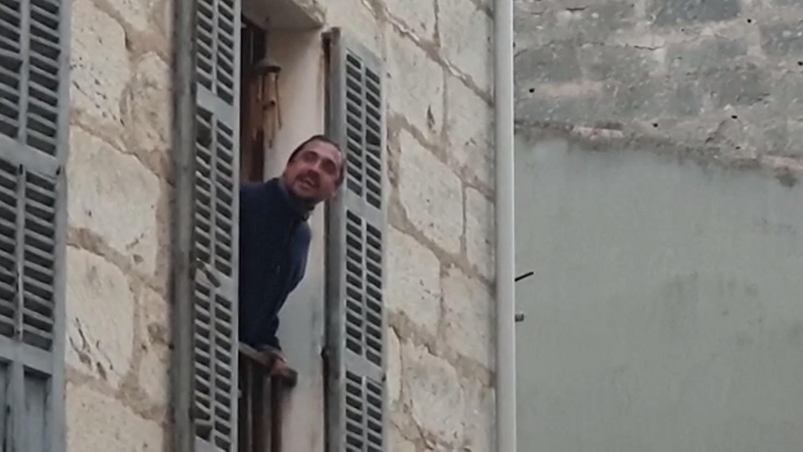 Mateu Xurí canta una glossa sobre el coronavirus al ritme de 'Bella ciao' des del balcó