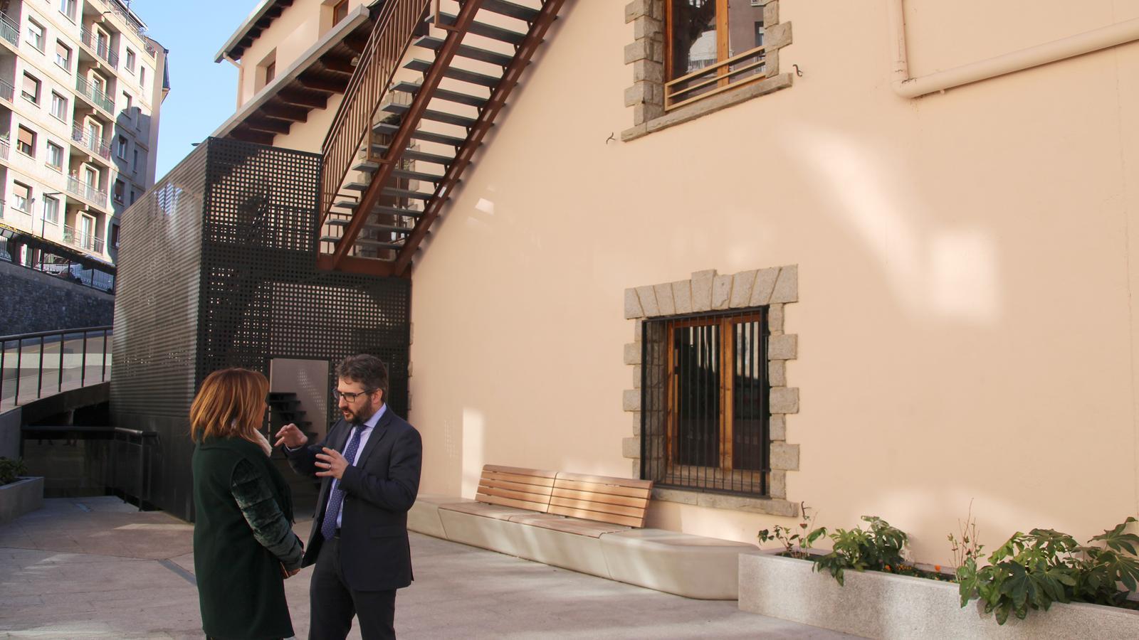 La cònsol d'Andorra la Vella, Conxita Marsol, i el ministre d'Educació i Ensenyament Superior, Eric Jover, al parc de Ciutat de Valls. / C. G. (ANA)