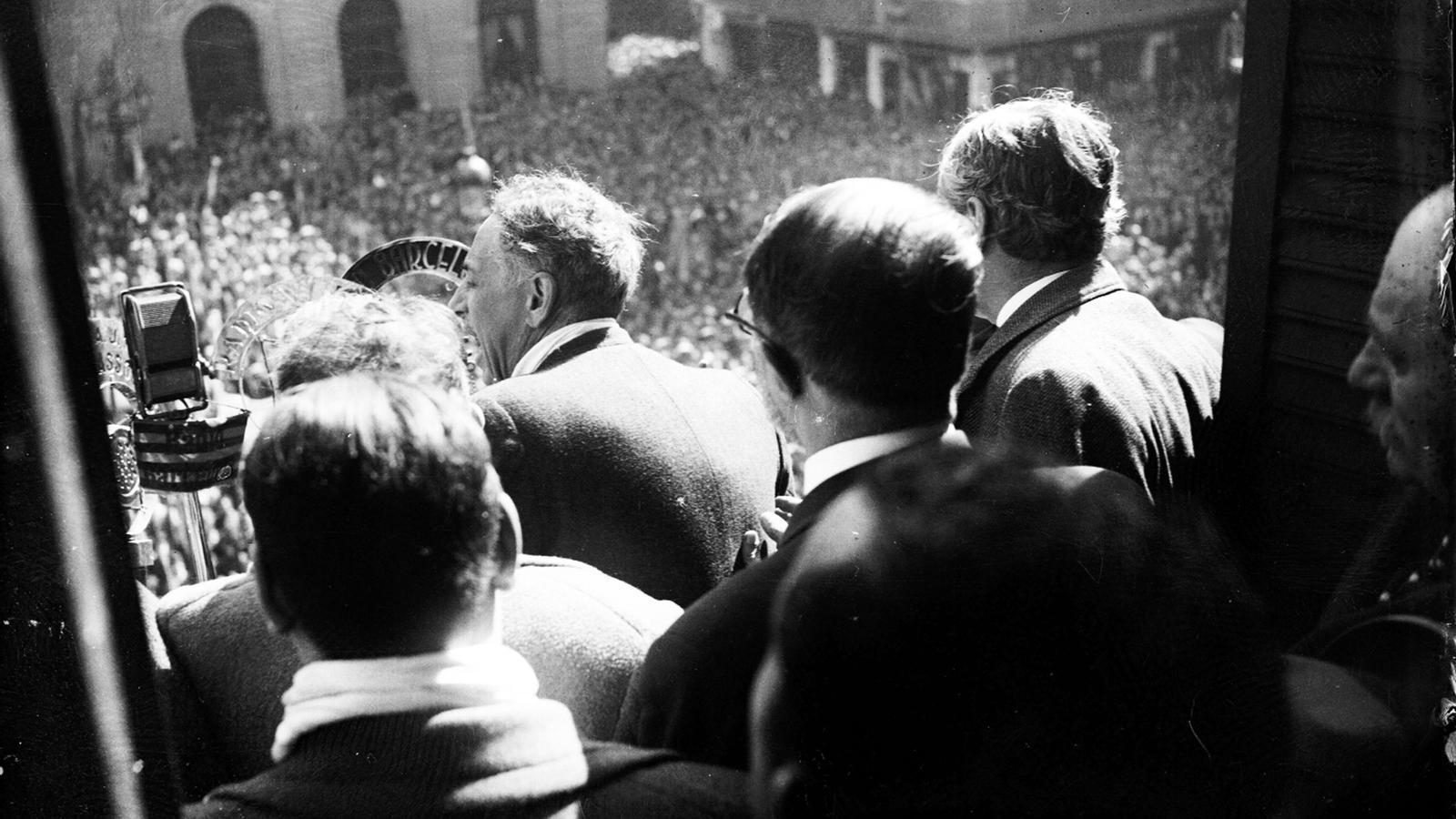 Lluís Companys en arribar a Barcelona amb motiu d'haver estat amnistiat per la victòria electoral del Front Popular el febrer de 1936 / BRAGULÍ (ANC)