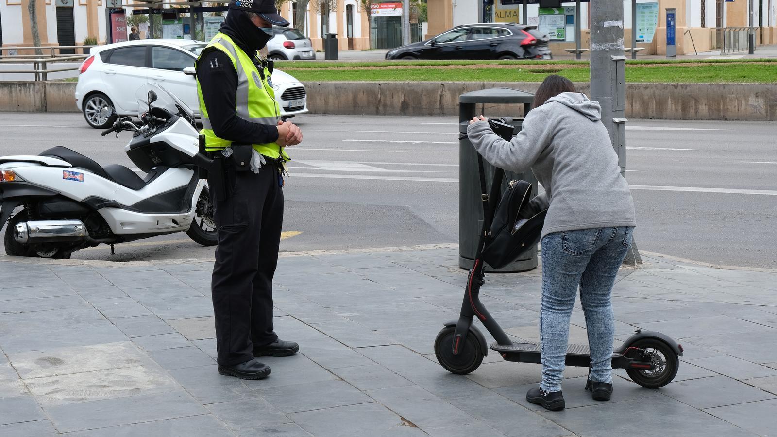 La Policia Local de Palma patrulla per la ciutat per comprovar que es compleixen les restriccions