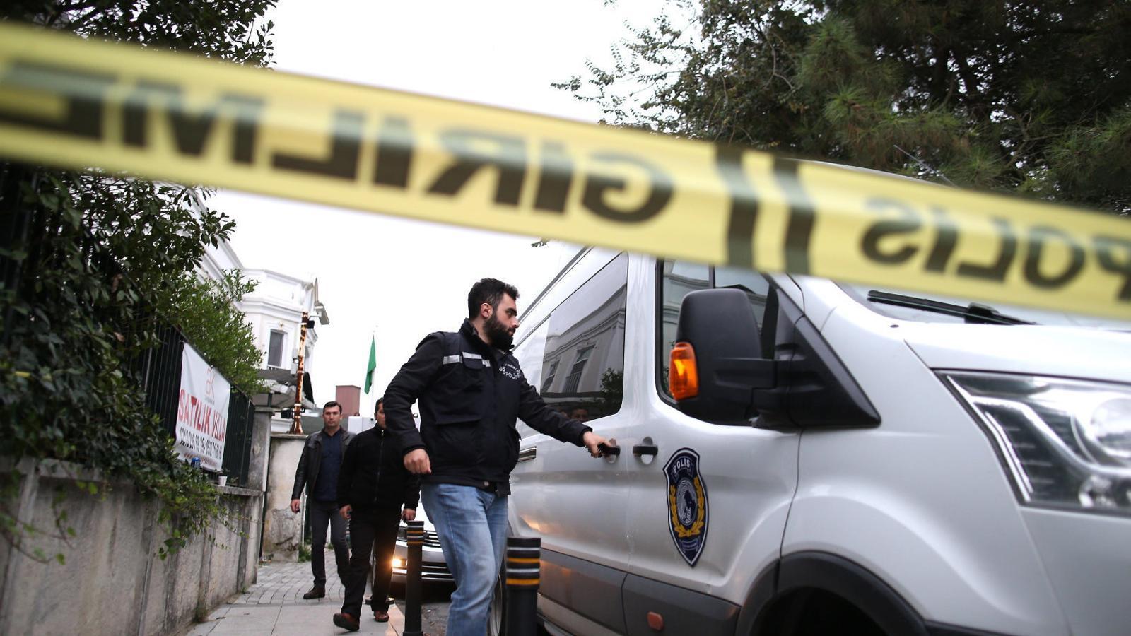Agents turcs busquen el cos del periodista assassinat al consolat d'Istanbul, tot i que es creu que podria ser fora del país.