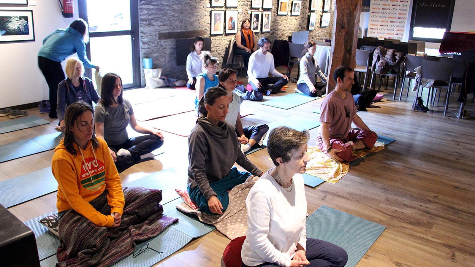 La segona part del taller on els participants s'han relaxat a través de tècniques de ioga. / M. M. (ANA)