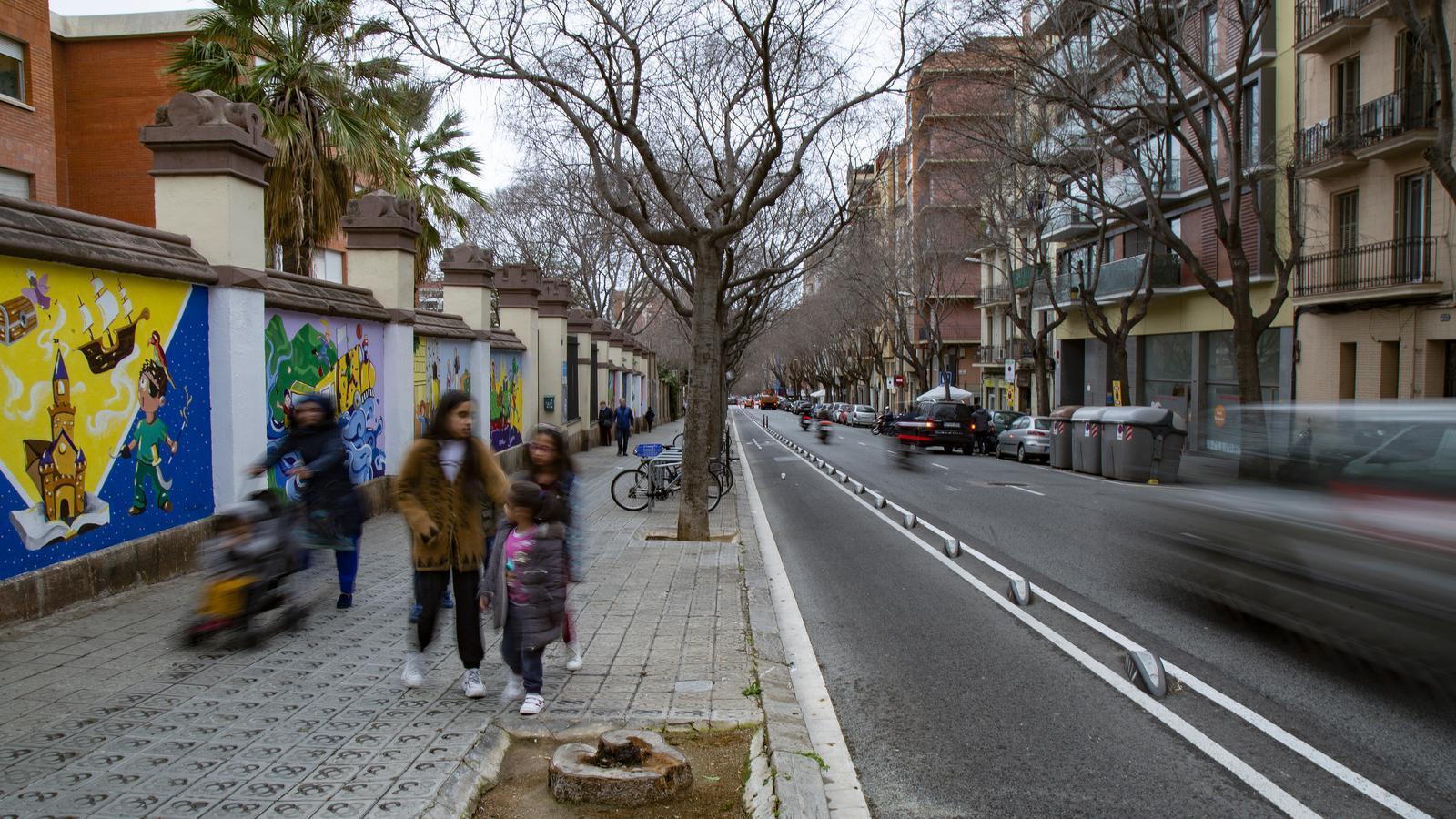El carrer Sardenya, en el tram que queda davant de l'Escola de les Aigües