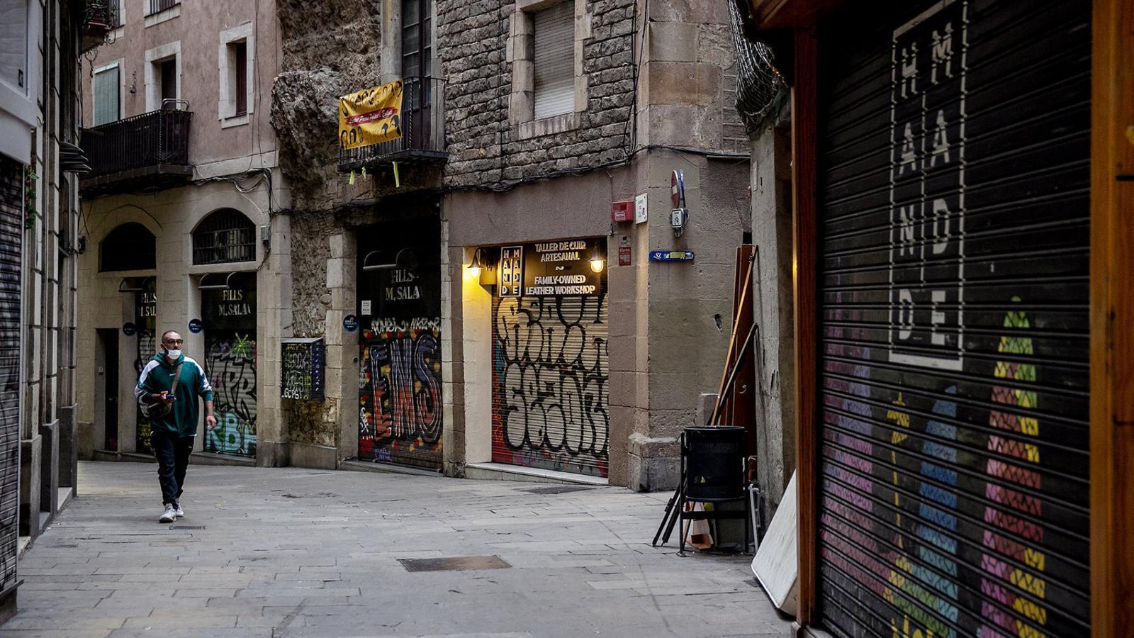 Botigues de carrers del Gòtic, com Call o Ferran, no han apujat la persiana.