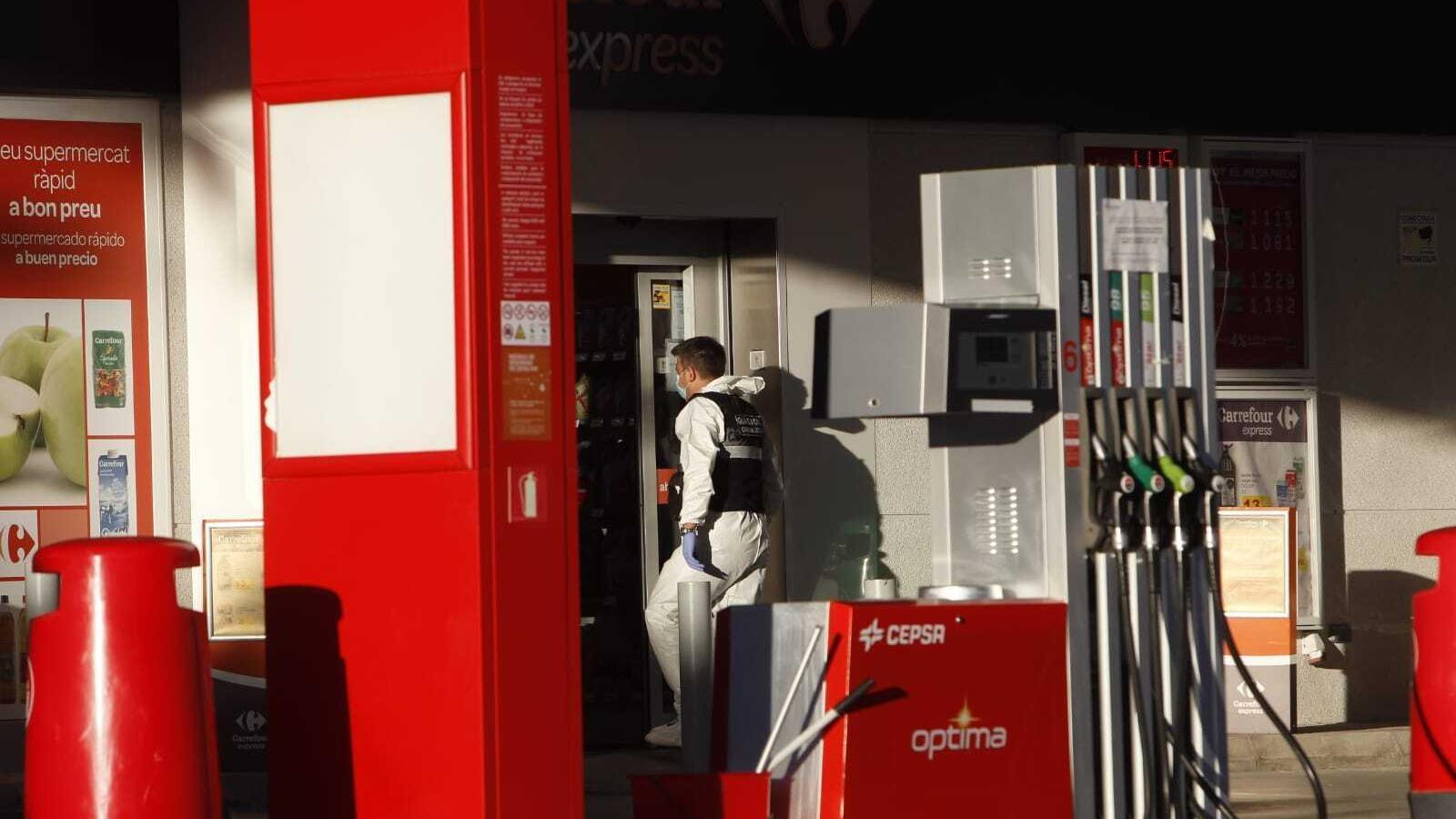 Un agent de la Guàrdia Civil entra a la benzinera