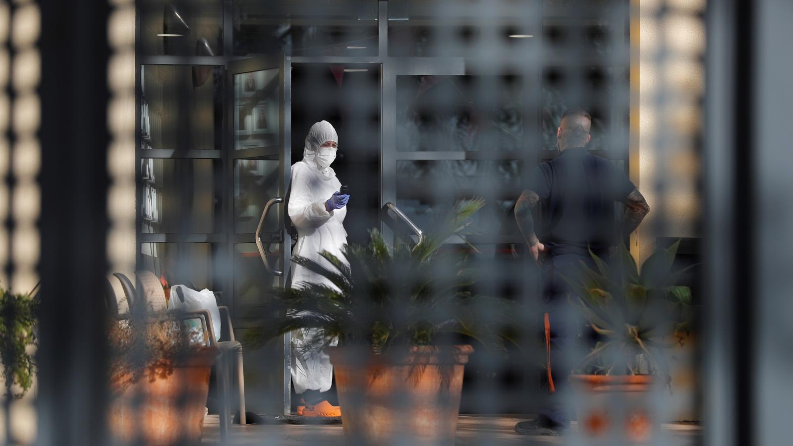 Un treballador al geriàtric de la Pobla de Vallbona (Camp de Túria) on 64 residents han estat contagiats per coronavirus